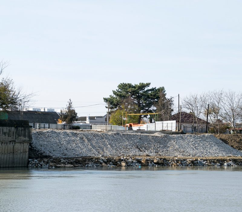 An embankment between a body of water and road